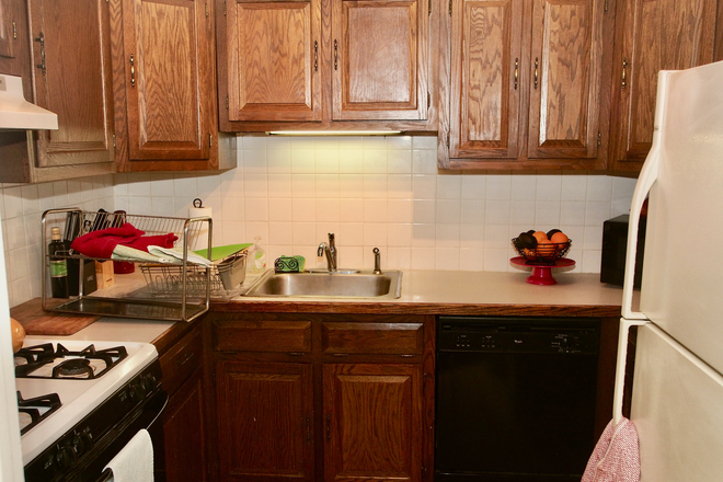 Kitchen - Townhouse to Share in Rittenhouse Sq. Area. Currently has one tenant, looking for 2 more tenants