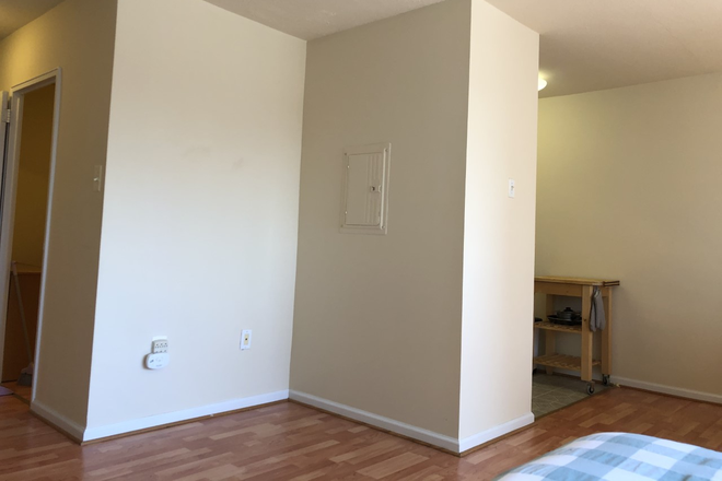main: desk nook - LOCATION! Large Sunny Riverview Studio near Rittenhouse Sq/University City (ALL UTILITIES INCLUDED) Condo