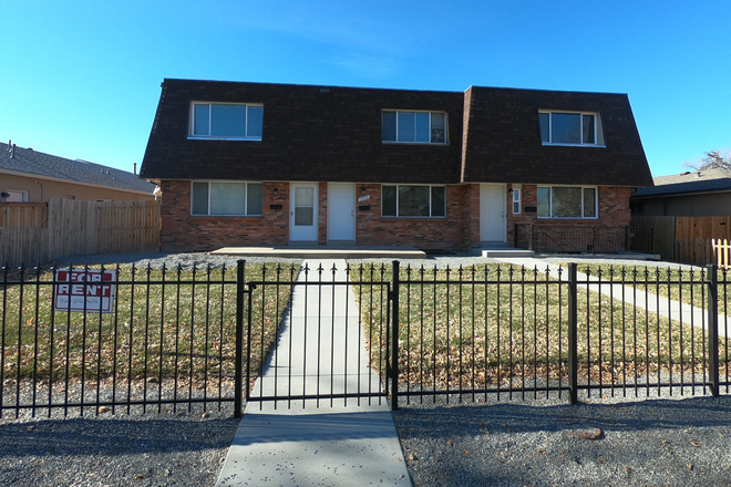 Fenced/Gated Yard - 3 Blocks Fitzsimmons - Awesome 3 Bedroom  / 2.5 Bathroom/ 2 Car Garage Townhome - 3 Blocks to Fitzsimmons