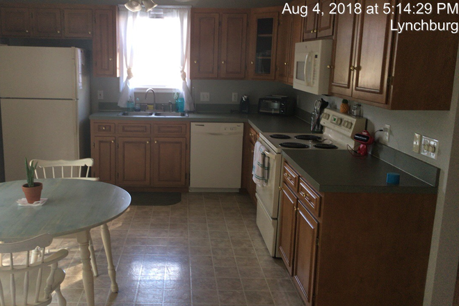 Kitchen - Wexford Town home - Spaces available for 2021-2022 School Year (Females Only) Townhome