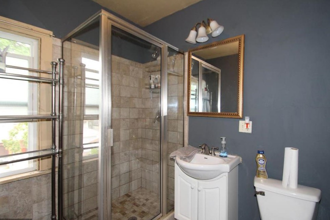 bathroom - 4 bedroom 2 bathroom duplex close to campus. Rental
