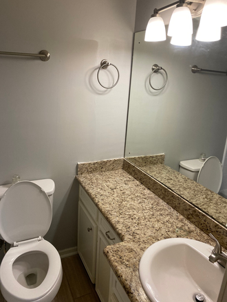 upstairs guest full bath - Townhouse close to UMMC campus/Hospital and St Dominic Hospital