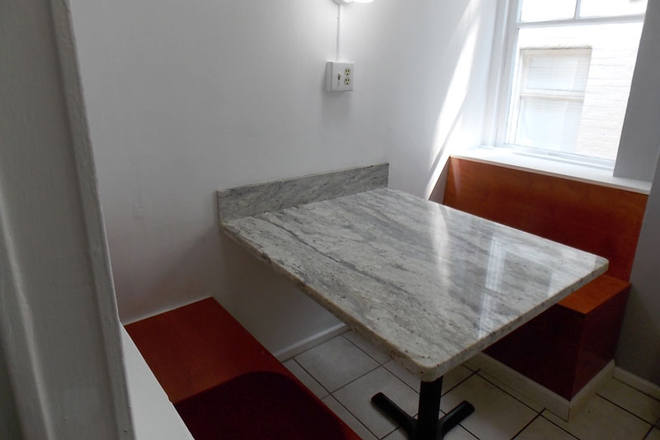 Dinning Space & Booth Seating for 4 - Newly Renovated With Amazing Natural Light! Large 3 Bed/1.5 Bath Nob Hill Apt near Restaurants/Shop