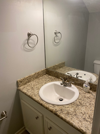 half bath - Townhouse close to UMMC campus/Hospital and St Dominic Hospital