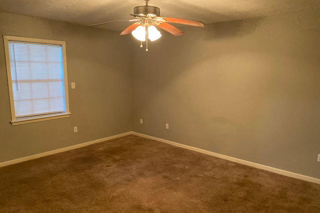 master bedroom - Townhouse close to UMMC campus/Hospital and St Dominic Hospital