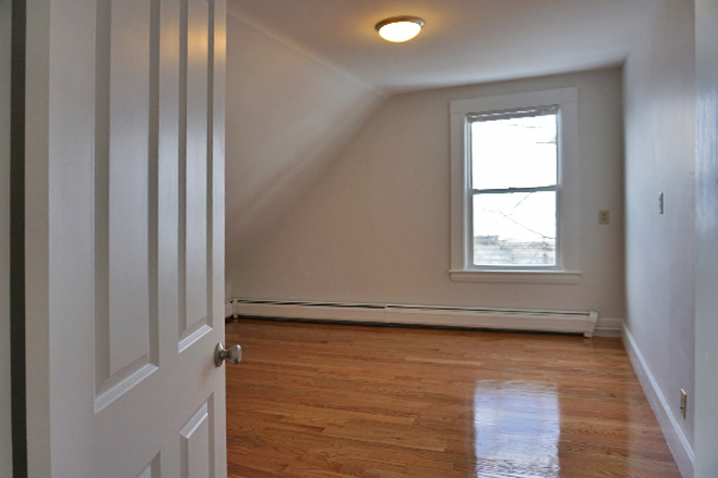 Bedroom - ASH STREET - NEWLY RENOVATED 4 BED 2 BATH APARTMENT
