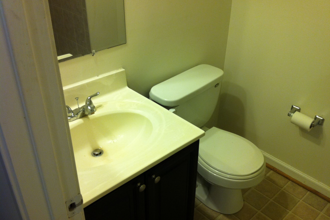 Bathroom - Master Bedroom in Townhouse /Private bathroom - 3 miles to GMU