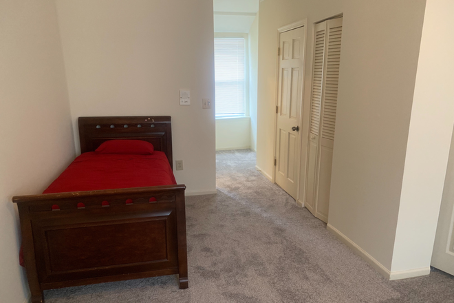 Bedroom 1 (king + twin beds)sleeps 2-3 - Fully furnished Townhouse - Utilities Included - 4BR/2.5 bth.  Sleeps 8