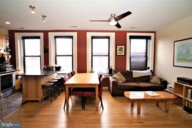 Dining/Living room. - THE BELGRADE, CLOSE TO SAIS AND A SHORT BIKE RIDE TO CAPITOL HILL/DOWNTOWN Apartments