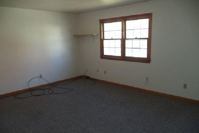 large bedrooms, easy to share - 15 Hobart Lane: 2 Br 1.5 Bath Townhouse (Campus Area)