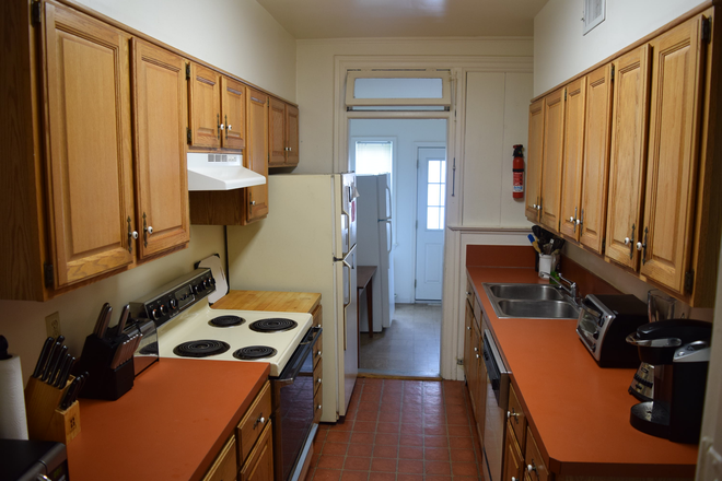 KITCHEN - Large 6 Bedroom 2.5 Bath,  1 block to campus Townhome
