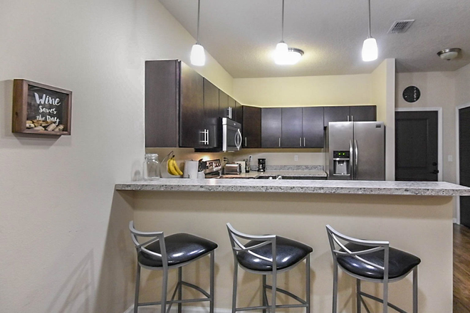 kitchen - LynCourt Square is the 2020 Student Property of the Year. Spacious, modern living for UF students! Apartments