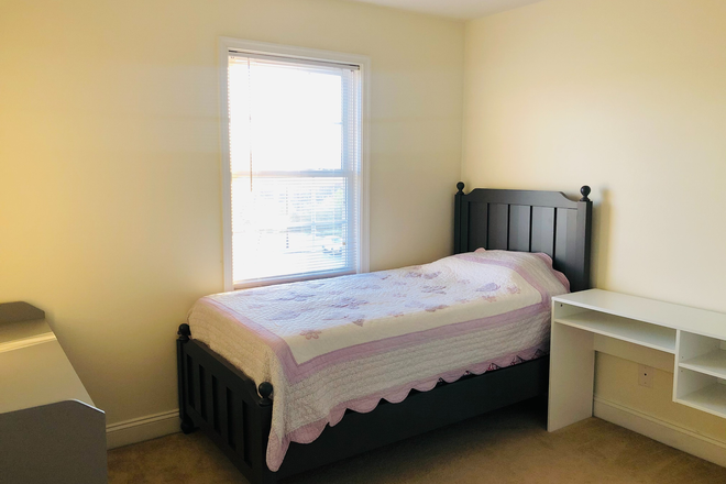 Bedroom 1 - Furnished Wyndhurst Townhouse incl Util & WiFi, 2-3 Rooms avail, $425 ea/4 students, 6 miles from LU