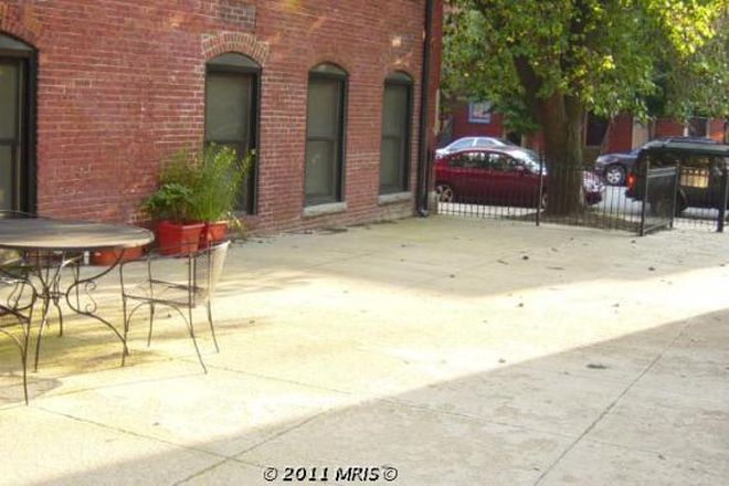 Side Courtyard - Chic condo in Fells Point