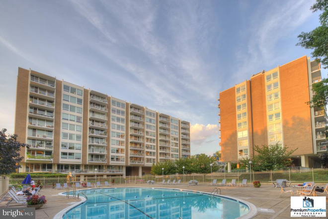 Exterior with pool - SW Waterfront /Waterside Metro STUDIO Apartments