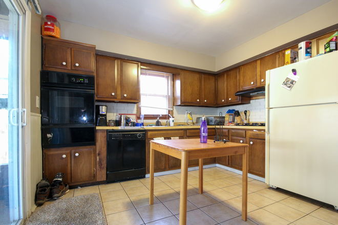 Kitchen - 4 bedroom within blocks of Campus Rental