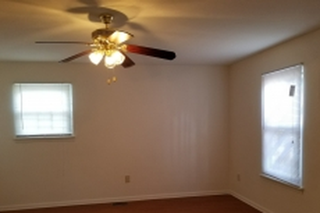 Living Room - ODUrent Offers Spacious 5-Bed Duplex! Rental