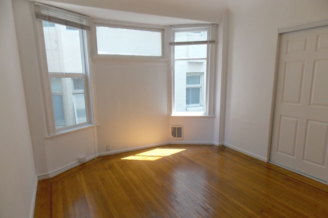 Bedroom #1 with natural lighting - Newly Renovated With Amazing Natural Light! Large 3 Bed/1.5 Bath Nob Hill Apt near Restaurants/Shop