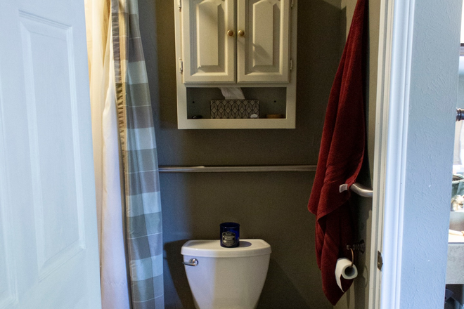 Restroom and Bathroom . - UTD off campus rooms for rent . Rental