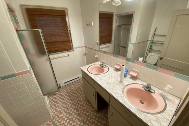 bathroom1 - Close to Campus Rental