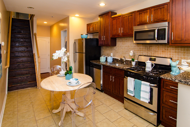Designed For Students & Staff - SECOND FLOOR AFFORDABLE FURNISHED SINGLE ROOM STUDENT HOUSING AT HOPKINS VIEW Townhome