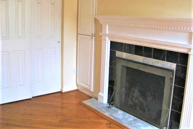 Upstairs fireplace - Beautiful, Remodeled  Otterbein Rowhome $1750 Townhome