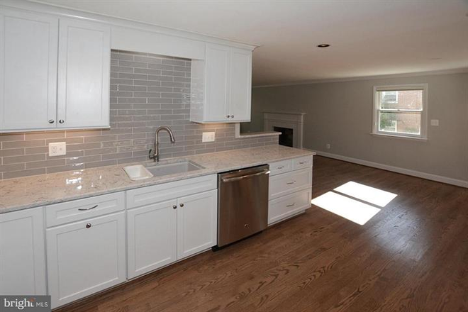 Shiny glass tile backsplash. - Updated Single Family Home walking distance to GMU and Old Town Fairfax Rental