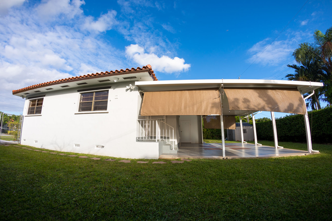 outside side - MASTER BEDROOM in a 3 Bedroom HOME w/Utilities- Coral Gables Rental