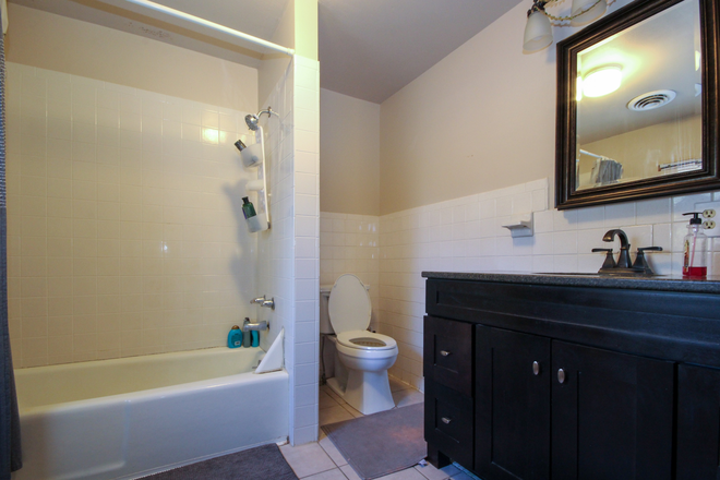 Bathroom - 4 bedroom within blocks of Campus Rental