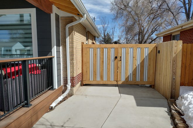 Secure Gated Entry - Remodeled rental close to Anschutz & Downtown Denver