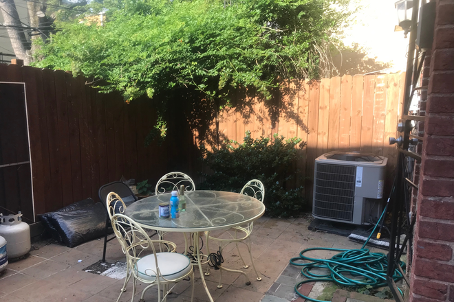 Back Patio table and chairs - BEAUTIFUL LOGAN CIRCLE ENGLISH BSMT STUDIO AND OUTSIDE AREAS Apartments
