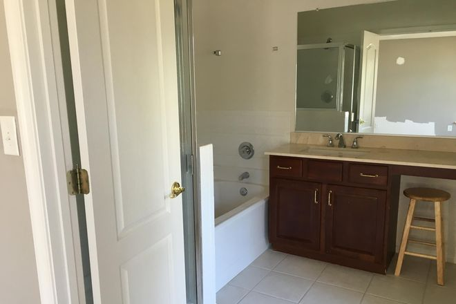 Master bathroom - 2 BR, 2.5 BA, 1678 SFT, 2 Story Townhome,  W/ Garage