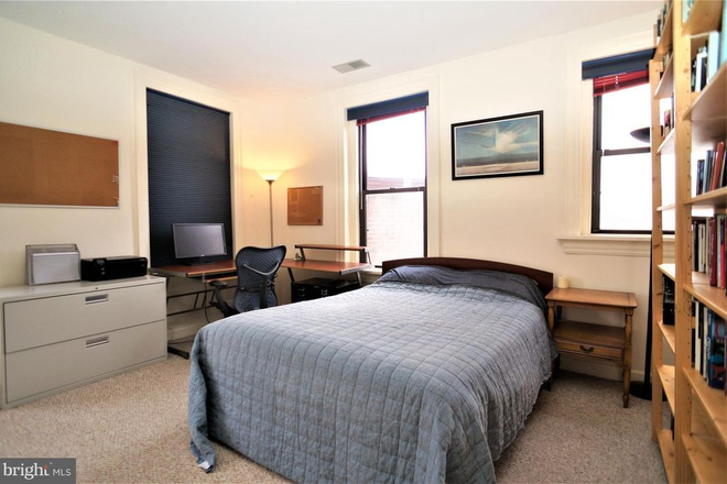 Corner bedroom. - THE BELGRADE, CLOSE TO SAIS AND A SHORT BIKE RIDE TO CAPITOL HILL/DOWNTOWN Apartments