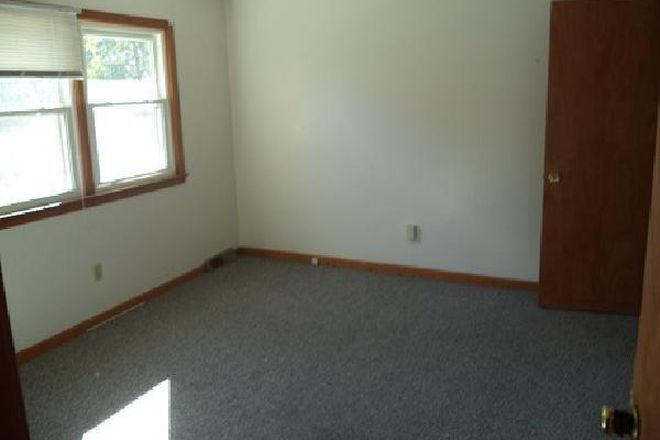 large bedrooms - 15 Hobart Lane: 2 Br 1.5 Bath Townhouse (Campus Area)