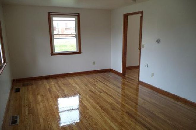 HARD WOOD FLOORS - 49 Hobart Lane - 3BR Duplex (Campus Area) Apartments