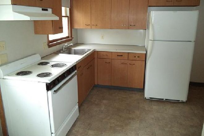 Stove and refrigerator provided - 49 Hobart Lane - 3BR Duplex (Campus Area) Apartments