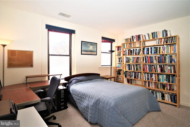 Bedroom - THE BELGRADE, CLOSE TO SAIS AND A SHORT BIKE RIDE TO CAPITOL HILL/DOWNTOWN Apartments