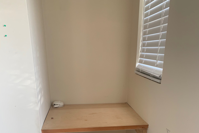 Built-in desk - Private bedroom and bathroom for rent Townhome