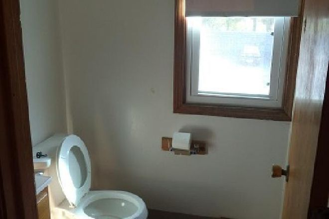 Full tub and shower. - 15 Hobart Lane: 2 Br 1.5 Bath Townhouse (Campus Area)