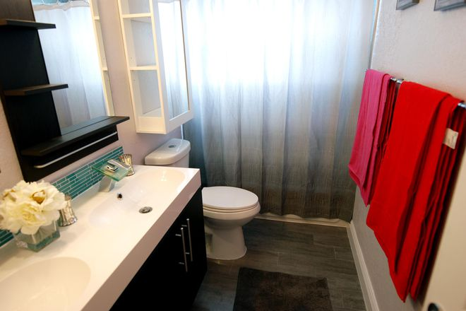 Shared Bathroom - Student Luxury Living - Strawberry Suite Rental