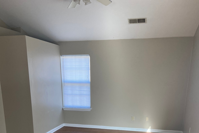 Hardwoord, Spacious Living Room - Renovated Duplex Right on Campus!! Walk to the Student Center! Rental