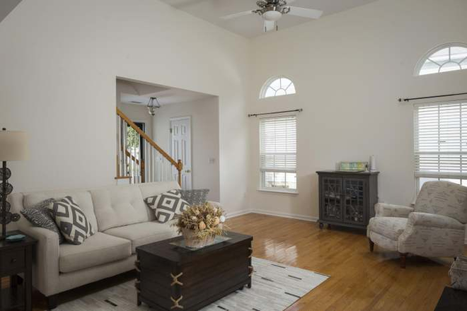 Living room - Beautiful Home 15 minutes from campus and 5 minutes from the beach Rental