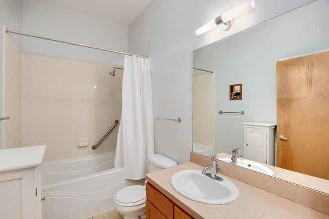 Spacious bathroom - *Furnished* 720 sqft 1bdrm/1ba apartment w/ secure parking, storage