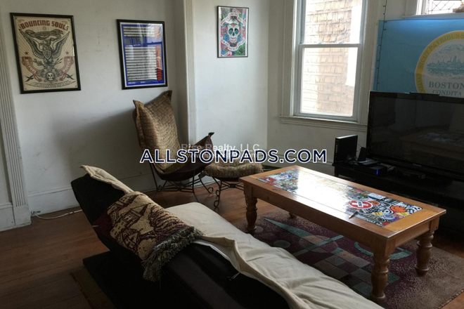Living Room - Great 4 bed in Allston Apartments