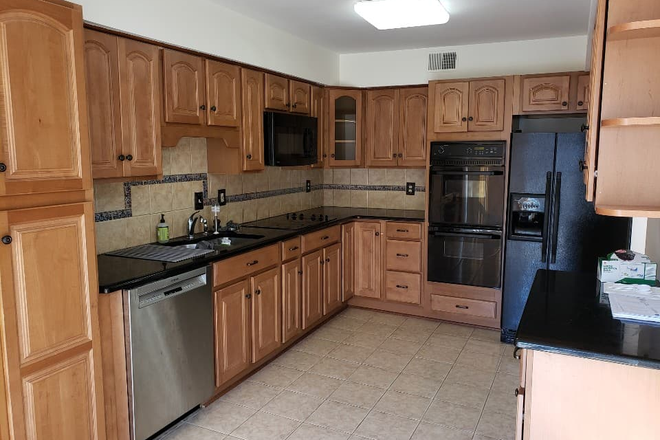 kitchen - Townhouse rooms for rent (walking distance to campus)