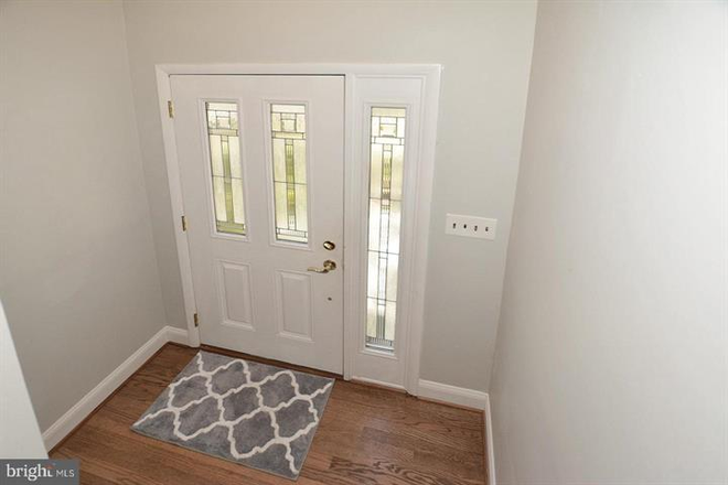 Front entryway/foyer. - Updated Single Family Home walking distance to GMU and Old Town Fairfax Rental