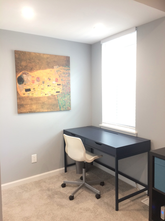 Ruby Room: new desk and chair added - 1 ROOM LEFT! FULLY FURNISHED, GORGEOUS, PRIVATE BEDROOM IN LARGE LUXURY TOWNHOUSE 0.3 MILES JHMI!