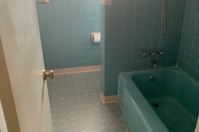 Full Bathroom - 43 SIXTH AVENUE Rental
