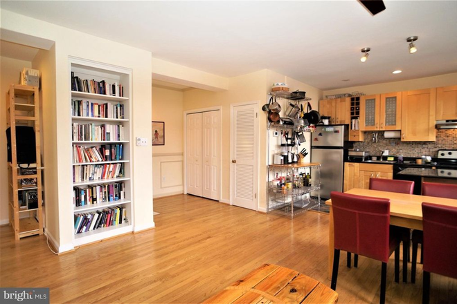 Built in bookshelves - THE BELGRADE, CLOSE TO SAIS AND A SHORT BIKE RIDE TO CAPITOL HILL/DOWNTOWN Apartments