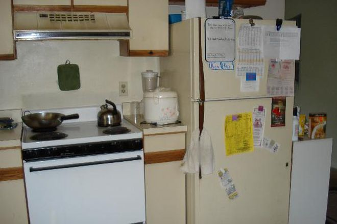 Kitchen - 4 Bedrooms available in a 4 Bedroom House Near Campus Rental